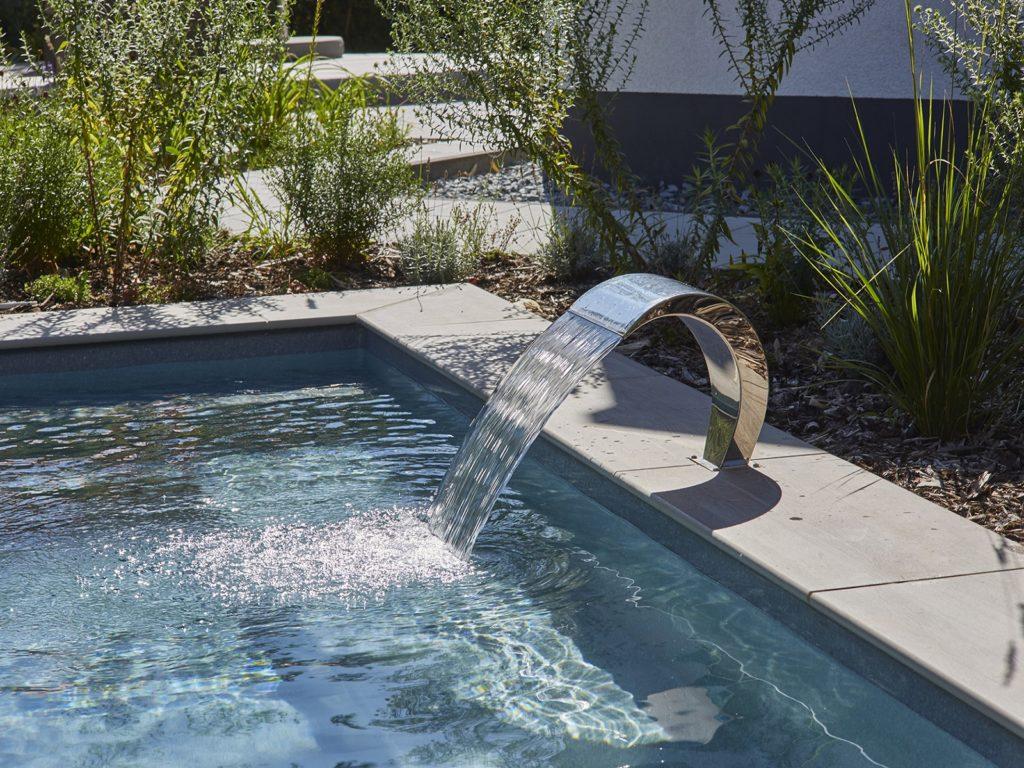 Hausgarten-Lounge-Pool-Edelstahl-Wasserspender-Mühltal-Baumann 1600 1200