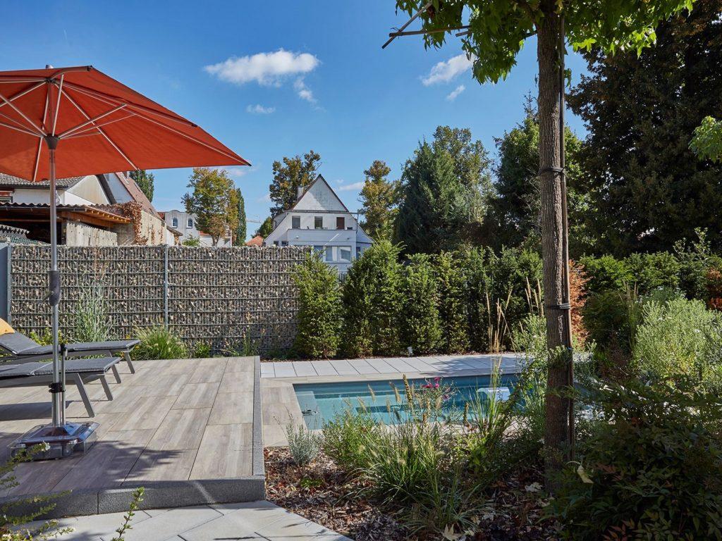 Hausgarten-Lounge-Pool-Wasserbecken-Holzterrasse-Mühltal-Baumann
