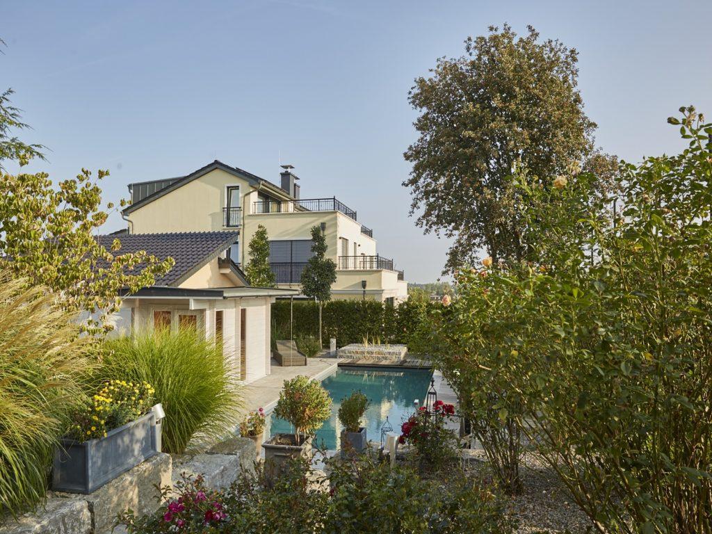 Hausgarten-naturpool-rosen-gräser-sauna-Baumann-2