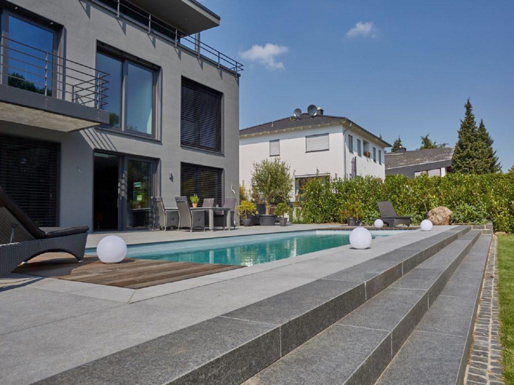 Minimalistischer-Garten-Naturpool-bauhaus-Terrasse-Mühltal-Darmstadt–Baumann 1600 1200
