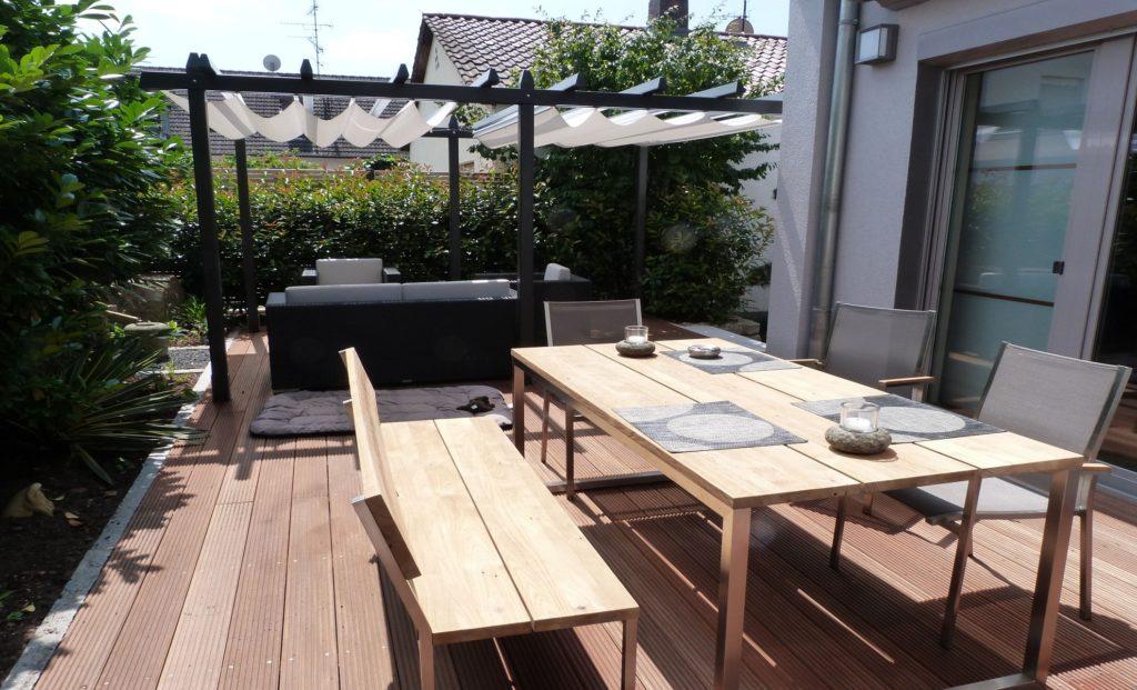 Privatgarten-Holzterrasse-Bangirai-Lounge-Gartenmöbel-Baumann 1980 1200