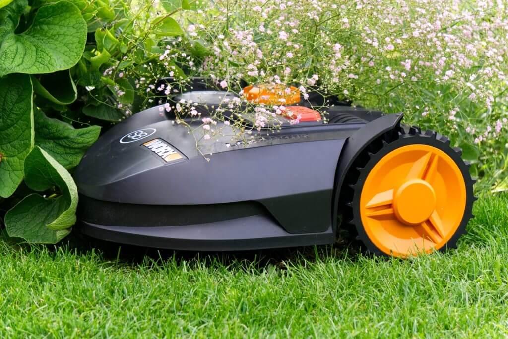robot-mower-3999479_1920Bild von Markus Distelratha pixabay